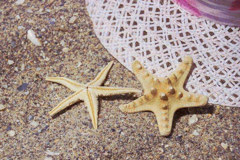 Εξαρτήματα ταξιδιού θερινών διακοπών παραλιών στο υπόβαθρο άμμου στοκ εικόνα με δικαίωμα ελεύθερης χρήσης