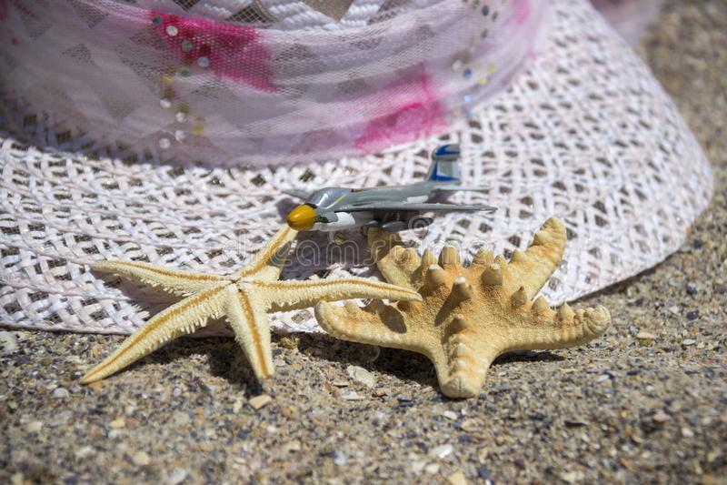 Εξαρτήματα ταξιδιού θερινών διακοπών παραλιών στο υπόβαθρο άμμου στοκ φωτογραφία με δικαίωμα ελεύθερης χρήσης