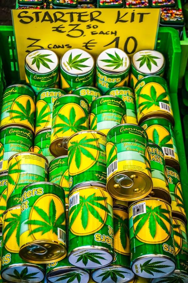 Εξαρτήσεις μαριχουάνα εκκινητών εύκολα - διαθέσιμες για την πώληση σε μια δημόσια αγορά στο παλαιό κέντρο πόλεων του Άμστερνταμ στοκ εικόνα
