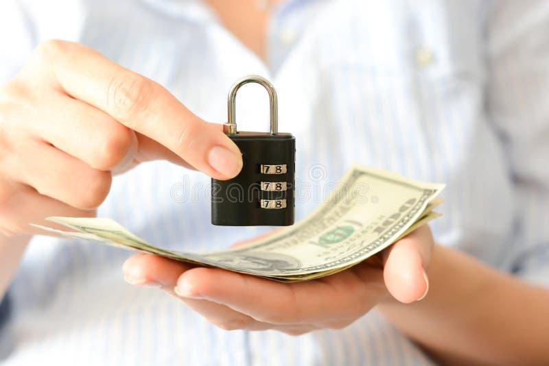 Εξασφαλίστε την έννοια αποταμίευσής σας με cipher την κλειδαριά και τα χρήματα στοκ εικόνα