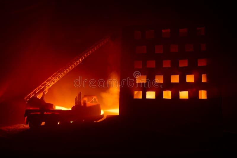 Εξαφανίστε την πυρκαγιά ενός ιδιωτικού σπιτιού τη νύχτα Πυροσβεστικό όχημα παιχνιδιών με τη μακροχρόνια οικοδόμηση σκαλών και καψ ελεύθερη απεικόνιση δικαιώματος