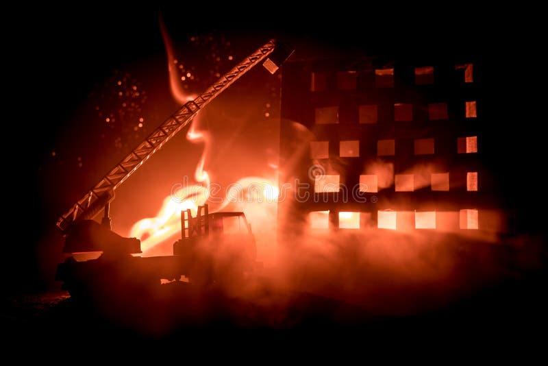 Εξαφανίστε την πυρκαγιά ενός ιδιωτικού σπιτιού τη νύχτα Πυροσβεστικό όχημα παιχνιδιών με τη μακροχρόνια οικοδόμηση σκαλών και καψ απεικόνιση αποθεμάτων