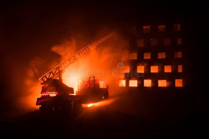 Εξαφανίστε την πυρκαγιά ενός ιδιωτικού σπιτιού τη νύχτα Πυροσβεστικό όχημα παιχνιδιών με τη μακροχρόνια οικοδόμηση σκαλών και καψ διανυσματική απεικόνιση