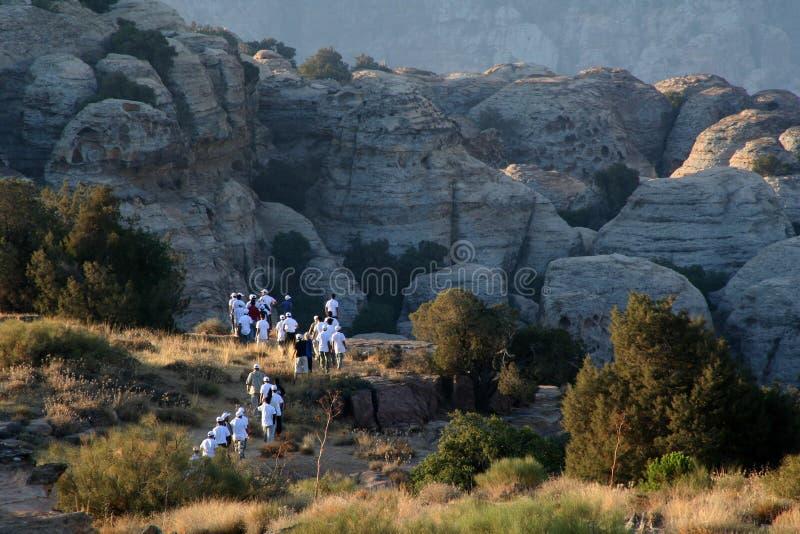 Εξερευνητές κοντά στους βράχους στοκ εικόνες