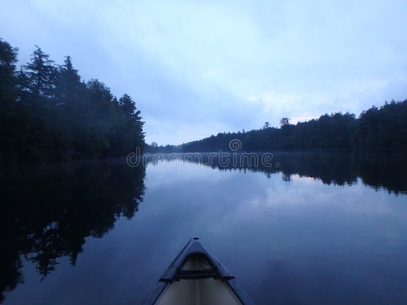 Εξερεύνηση της λίμνης στοκ εικόνα