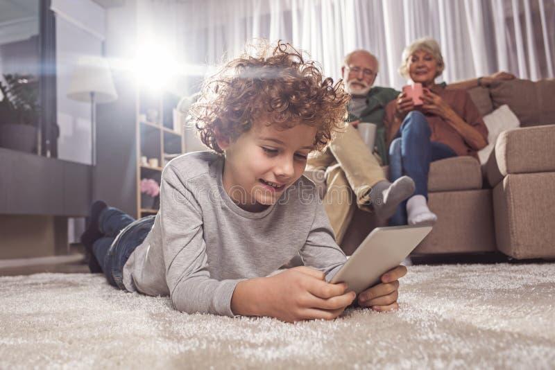 Εξερχόμενη δακτυλογράφηση παιδιών τη συσκευή στοκ εικόνα