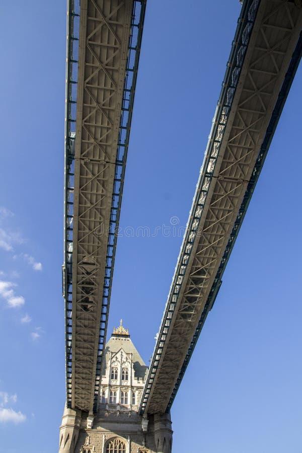 Εξετάζοντας επάνω από το δρόμο τη γέφυρα πύργων, Λονδίνο, Αγγλία, UK, την 1η Σεπτεμβρίου 2018 στοκ εικόνα