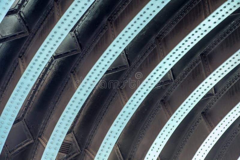 Εξετάζοντας επάνω από το δρόμο τη δομή της γέφυρας πύργων, Λονδίνο, Αγγλία, UK, την 1η Σεπτεμβρίου 2018 στοκ εικόνες