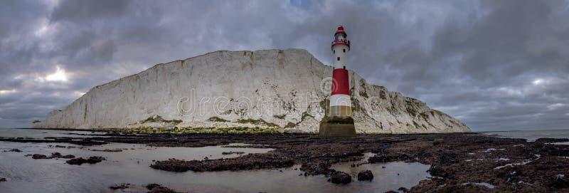 Εξετάζοντας επάνω στο Beachy επικεφαλής φως και τον απότομο βράχο - ένα ραμμένο πανόραμα που λαμβάνεται από κάτω από το φάρο το B στοκ φωτογραφίες με δικαίωμα ελεύθερης χρήσης