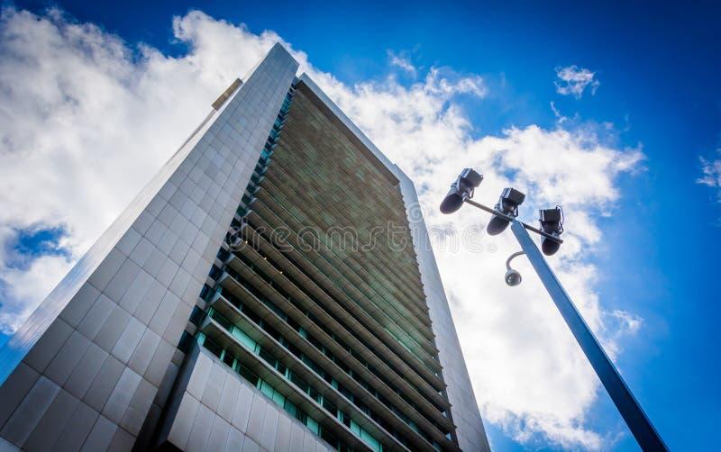 Εξετάζοντας επάνω το κτήριο τράπεζας Κεντρικής Τράπεζας των ΗΠΑ, στη Βοστώνη, μάζα στοκ φωτογραφίες