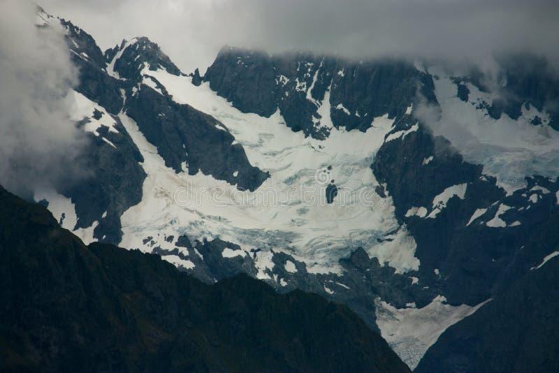 Εξετάζοντας τα βουνά που καλύπτονται με το βαθύ στρώμα του χιονιού από το κωνικό Hill στη σέλα Harris στο μεγάλο περίπατο Routebu στοκ φωτογραφία