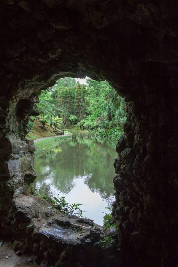 Εξετάζοντας τη λίμνη μέσω του παραθύρου σπηλιών στο πάρκο γιατροσόφι Terra σε Furnas, Σάο Miguel, Αζόρες στοκ φωτογραφίες με δικαίωμα ελεύθερης χρήσης