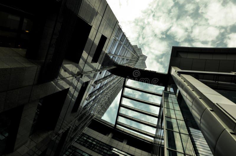 Εξετάστε επάνω τα ψηλά κτίρια Ουρανοξύστης στοκ εικόνα με δικαίωμα ελεύθερης χρήσης