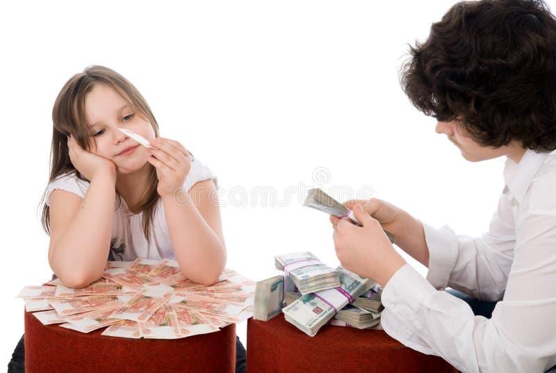 εξετάστε τα χρήματα μερών τύπων κοριτσιών στοκ εικόνα με δικαίωμα ελεύθερης χρήσης