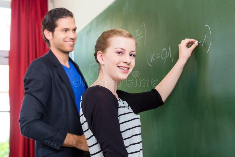 Εξεταστικός σπουδαστής δασκάλων κατά τη διάρκεια των μαθημάτων math στο σχολείο στοκ φωτογραφία με δικαίωμα ελεύθερης χρήσης
