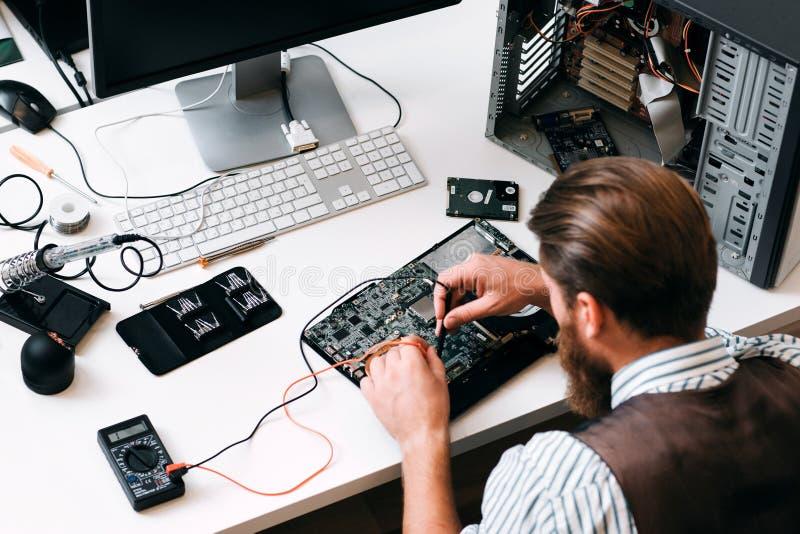 Εξεταστικό κύκλωμα υπολογιστών μηχανικών με το multitester στοκ εικόνες με δικαίωμα ελεύθερης χρήσης