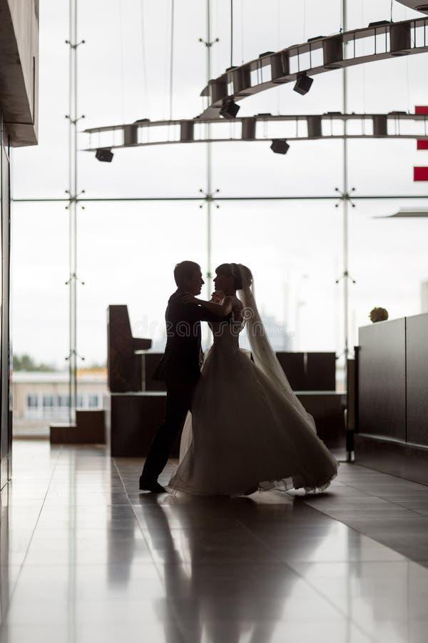 Εξευγενίστε το χορό των όμορφων newlyweds σε μια μεγάλη αίθουσα στοκ εικόνες