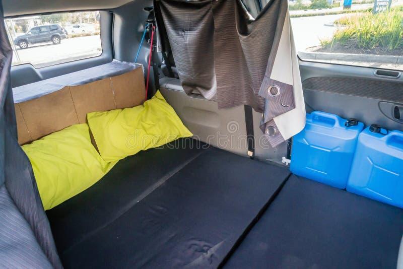 Εξοπλισμένος minivan με ένα κρεβάτι στην πλάτη στοκ φωτογραφία