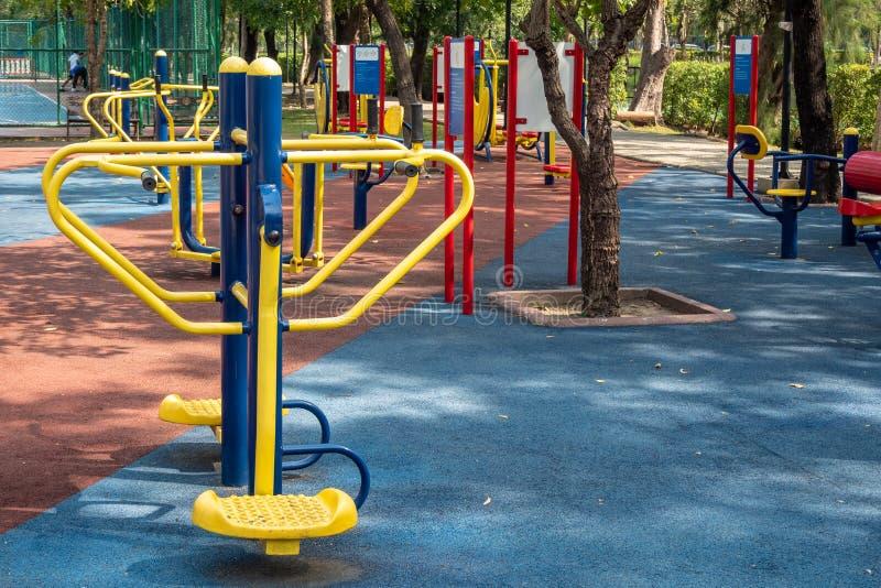 Εξοπλισμοί άσκησης σε ένα δημόσιο πάρκο στοκ εικόνες