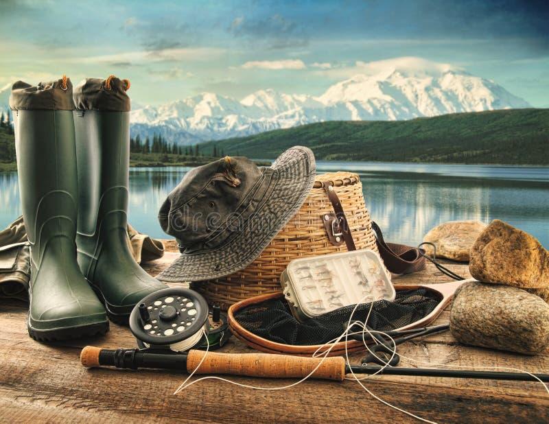 Εξοπλισμός αλιείας μυγών στη γέφυρα των βουνών στοκ εικόνα με δικαίωμα ελεύθερης χρήσης