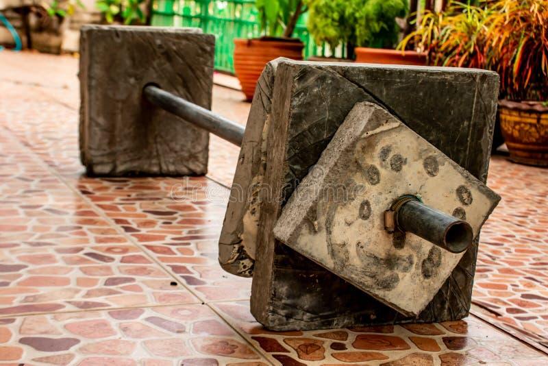 Εξοπλισμός βαρών βάρβων φιαγμένος από τσιμέντο στο εσωτερικό στοκ εικόνα με δικαίωμα ελεύθερης χρήσης