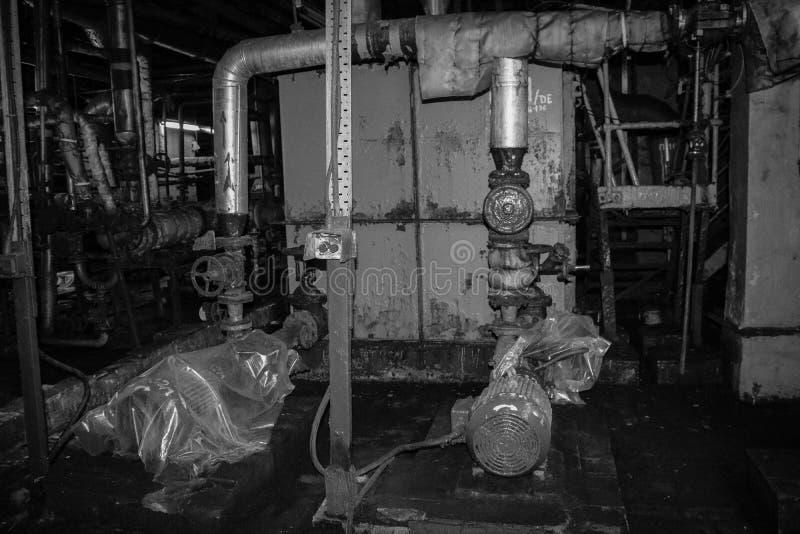 Εξοπλισμός και σωλήνες φυγοκεντρικών αντλιών μετάλλων σιδήρου με τις φλάντζες και βαλβίδες για την άντληση των προϊόντων υγρών κα στοκ εικόνες