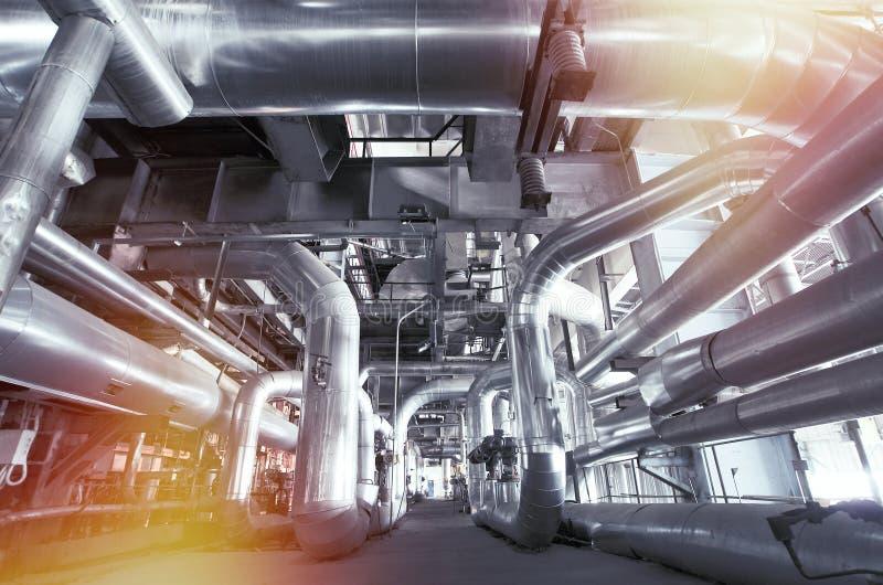Εξοπλισμός, καλώδια και διοχέτευση με σωλήνες όπως βρίσκεται μέσα ενός σύγχρονου industr στοκ φωτογραφία