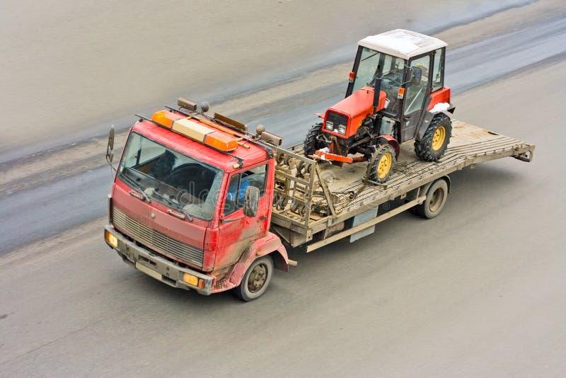 Εξοπλισμός κατασκευής που παραδίδεται από το truck διάσωσης στοκ εικόνες με δικαίωμα ελεύθερης χρήσης