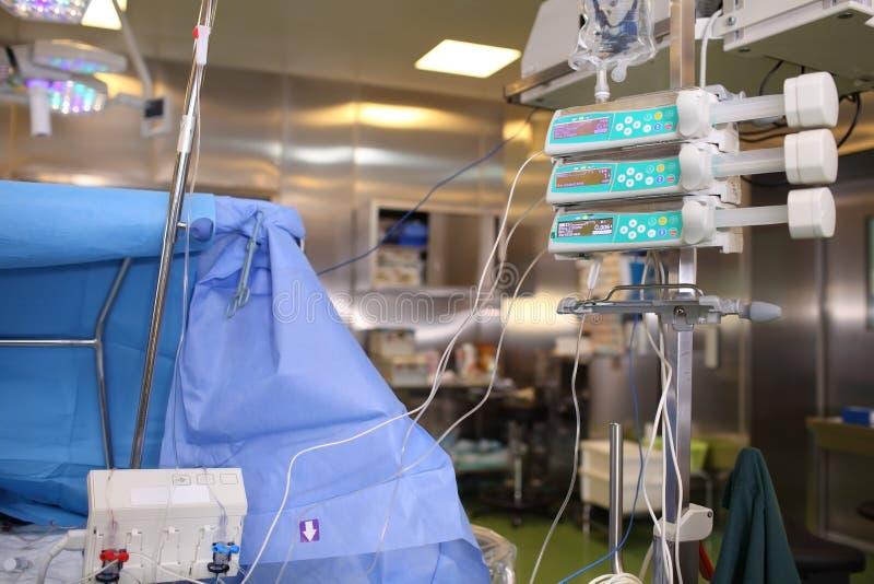 Εξοπλισμός που συνδέεται του α με τον ασθενή κατά τη διάρκεια της χειρουργικής επέμβασης στην παροχή στοκ φωτογραφία
