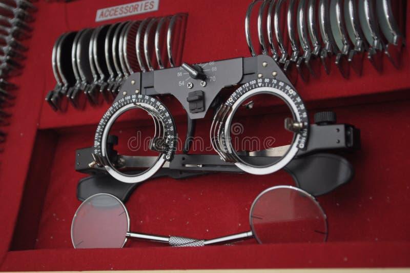 Εξοπλισμός σε ένα γραφείο optomitrists για να αναλύσει τα μάτια συμπεριλαμβανομένου ενός phoropter στοκ εικόνα