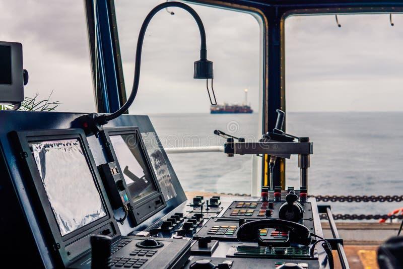 Εξοπλισμός σκαφών γεφυρών ραδιόφωνο VHF λαβών τηλέγραφων, συσκευές ναυσιπλοΐας στοκ φωτογραφίες
