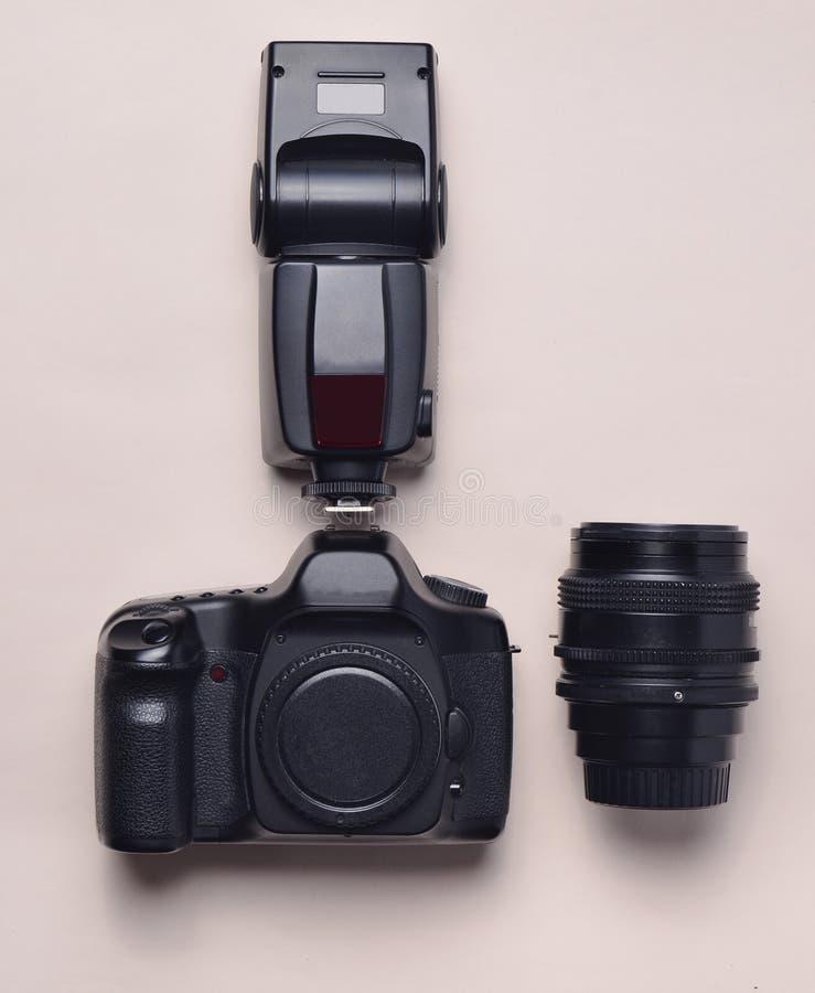 Εξοπλισμός του φωτογράφου Ψηφιακή κάμερα, λάμψη, φακός Η τοπ άποψη, επίπεδη βάζει στοκ φωτογραφίες με δικαίωμα ελεύθερης χρήσης