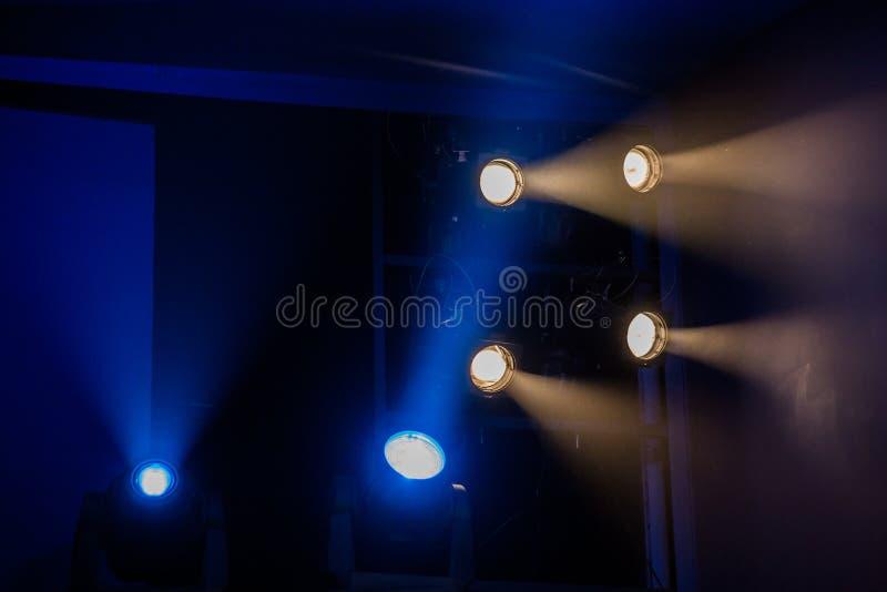 Εξοπλισμός φωτισμού θεάτρων Οι ελαφριές ακτίνες από το επίκεντρο μέσω του θεατρικού καπνού στοκ εικόνα με δικαίωμα ελεύθερης χρήσης