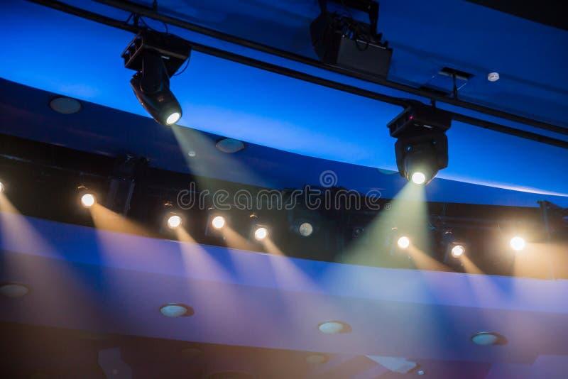 Εξοπλισμός φωτισμού θεάτρων Οι ελαφριές ακτίνες από το επίκεντρο μέσω του θεατρικού καπνού στοκ φωτογραφία με δικαίωμα ελεύθερης χρήσης