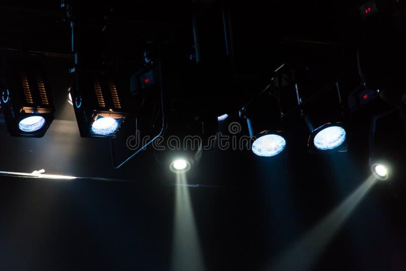Εξοπλισμός φωτισμού στο θέατρο Επίκεντρα και πηγές φωτός στοκ εικόνες