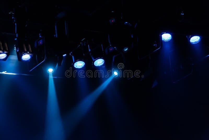 Εξοπλισμός φωτισμού στο θέατρο Επίκεντρα και πηγές φωτός στοκ φωτογραφίες
