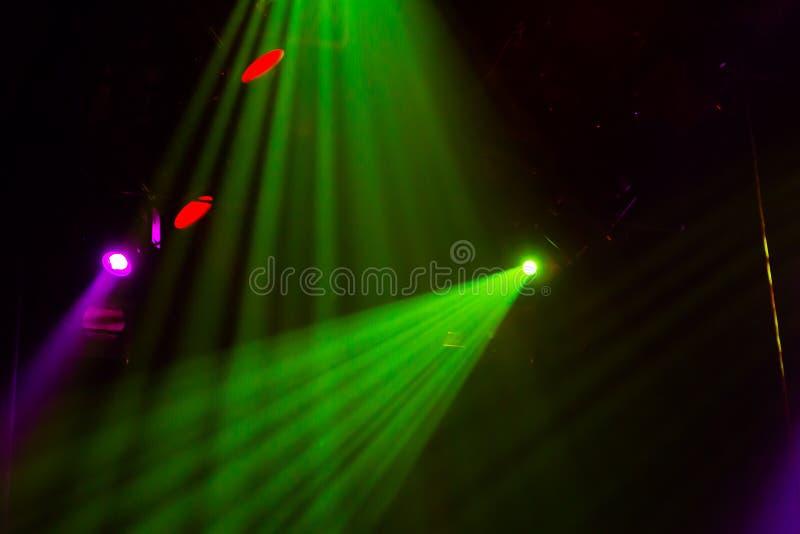 Εξοπλισμός φωτισμού στο στάδιο ενός θεάτρου ή μιας αίθουσας συναυλιών Οι ακτίνες του φωτός από τα επίκεντρα Αλόγονο και οδηγημένε στοκ φωτογραφία με δικαίωμα ελεύθερης χρήσης