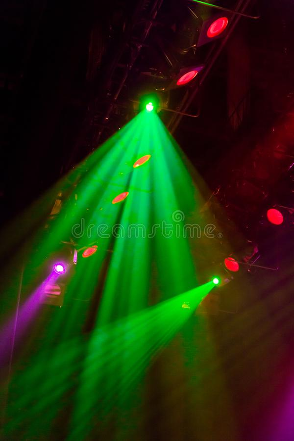 Εξοπλισμός φωτισμού στο στάδιο ενός θεάτρου ή μιας αίθουσας συναυλιών Οι ακτίνες του φωτός από τα επίκεντρα Αλόγονο και οδηγημένε στοκ εικόνα με δικαίωμα ελεύθερης χρήσης