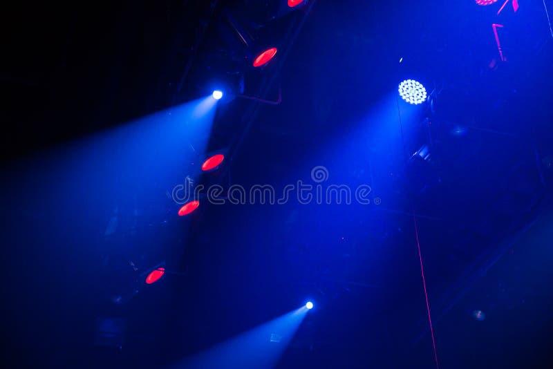 Εξοπλισμός φωτισμού στο στάδιο ενός θεάτρου ή μιας αίθουσας συναυλιών Οι ακτίνες του φωτός από τα επίκεντρα Αλόγονο και οδηγημένε στοκ εικόνα