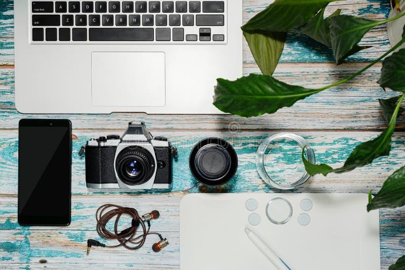 Εξοπλισμός φωτογράφων που συλλέγεται στον εκλεκτής ποιότητας πίνακα στοκ εικόνες με δικαίωμα ελεύθερης χρήσης