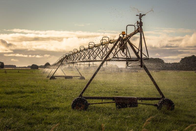 Εξοπλισμός ψεκασμού ψεκαστήρων νερού συγκομιδών γεωργίας που χρησιμοποιείται στο καλλιεργήσιμο έδαφος στοκ εικόνα με δικαίωμα ελεύθερης χρήσης