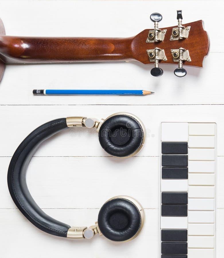Εξοπλισμοί παραγωγής μουσικής στον άσπρο πίνακα στοκ εικόνα