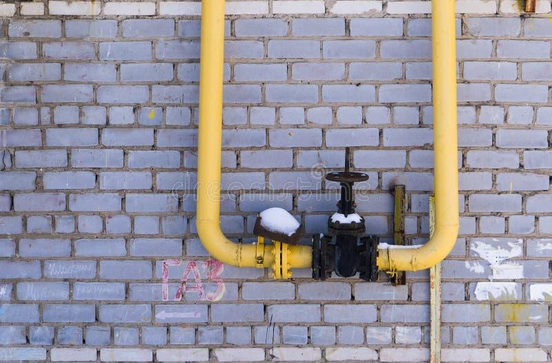 Εξοπλισμός αερίου, σωλήνες και αποκλεισμένη βαλβίδα στον τοίχο υποβάθρου στοκ εικόνα