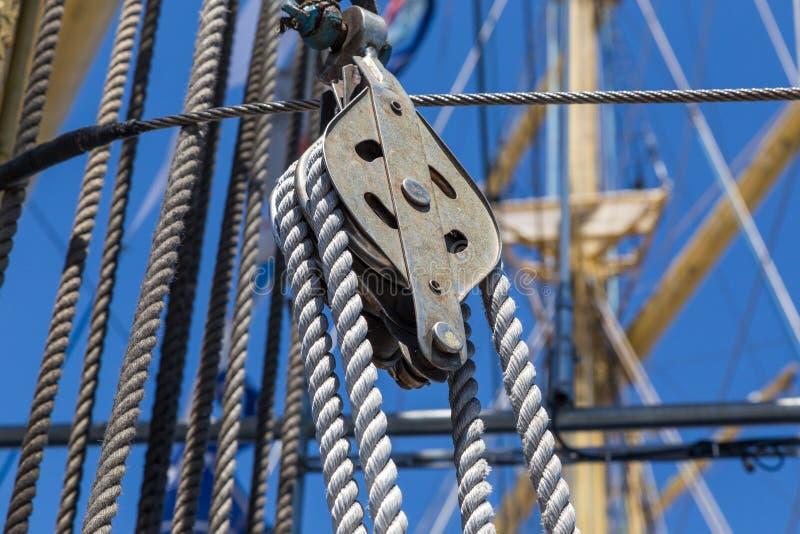 Εξοπλισμός λεπτομερειών του πλοίου στο κατάστρωμα στοκ εικόνες