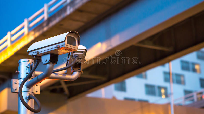 Εξοπλισμός κάμερων ασφαλείας στον πόλο στο φωτεινό σηματοδότη βραδιού και στοκ φωτογραφίες με δικαίωμα ελεύθερης χρήσης