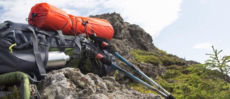 Εξοπλισμός ραβδιών σακιδίων πλάτης, isoprene και οδοιπορίας βουνών στοκ εικόνες