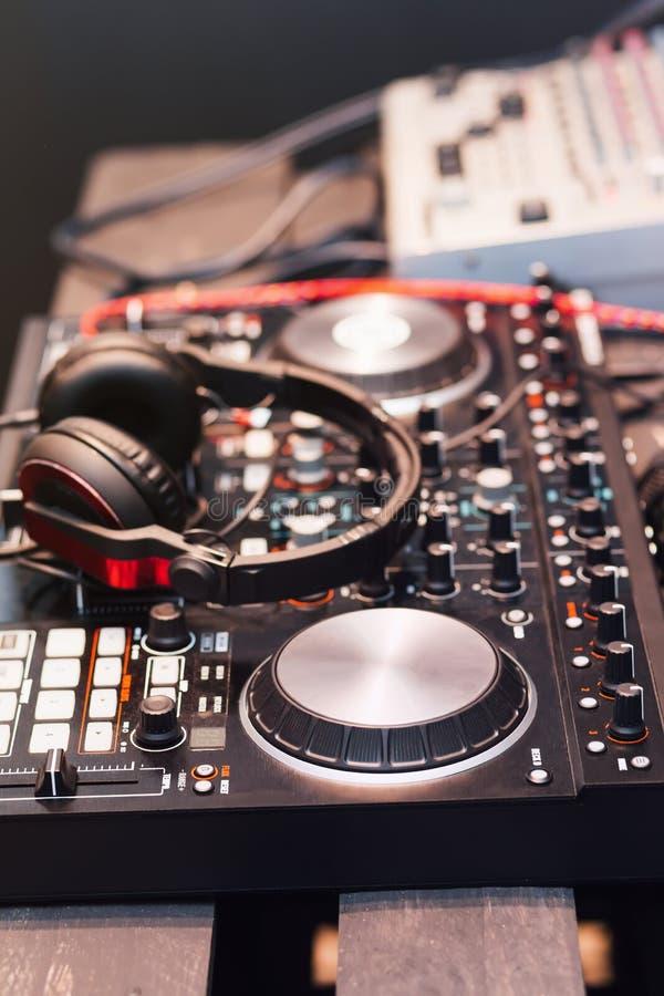 Εξοπλισμός του DJ, ακουστικά, μικρόφωνα, βινυλίου στοκ φωτογραφίες