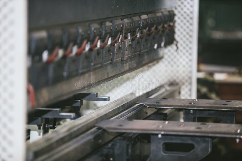 Εξοπλισμός τόρνου στις δομές μετάλλων κατασκευής εργοστασίων στοκ εικόνες