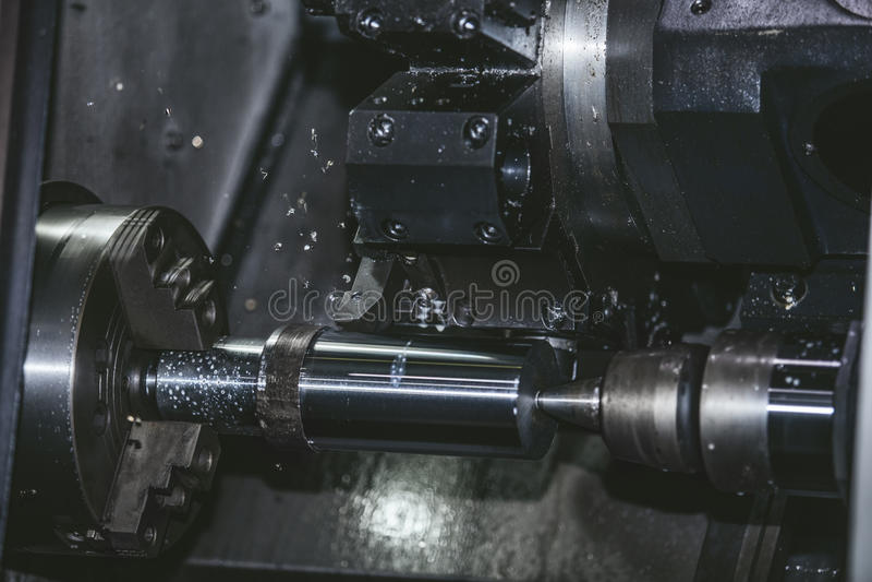 Εξοπλισμός τόρνου στις δομές μετάλλων κατασκευής εργοστασίων στοκ εικόνα με δικαίωμα ελεύθερης χρήσης