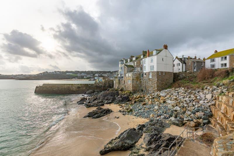 Εξοχικά σπίτια από τη θάλασσα, παραλία Bamaluz στο ST Ives, Κορνουάλλη, UK στοκ εικόνες